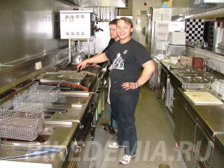 На кухне Ace Cafe заправляет русский повар Андрей
