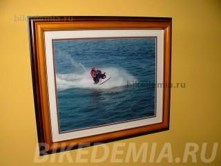 Фотография на стене сделана во время одного из морских походов Грейхэма