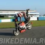 Езда на переднем колесе мотоцикла в положении на пассажирском месте