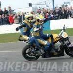 Езда на мотоцикле без помощи рук: Сонни Фергюсон с супругой