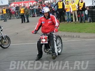 Кристиан Пфайфер готовит выступление на мотоцикле без переднего колеса