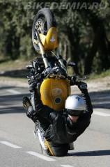 Мотоцикл Triumph Speed Triple идеально подходит для стант-райдинга