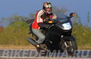 Ускорение мотоцикла Honda CBR1100XX Superblackbird мощное, но контролируемое