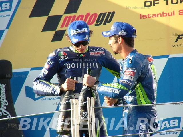 Валентино Росси и Марко Меландри празднуют победный финиш Гран-при Турции.