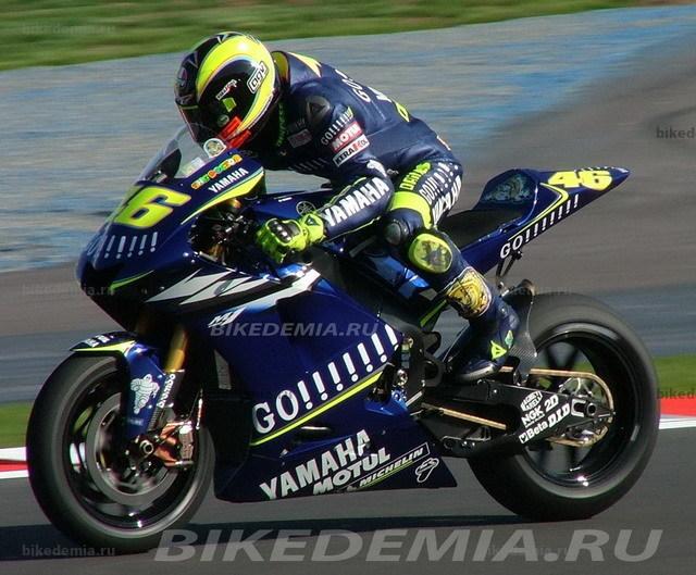 Валентино Росси использует свой уникальный стиль управления мотоциклом.