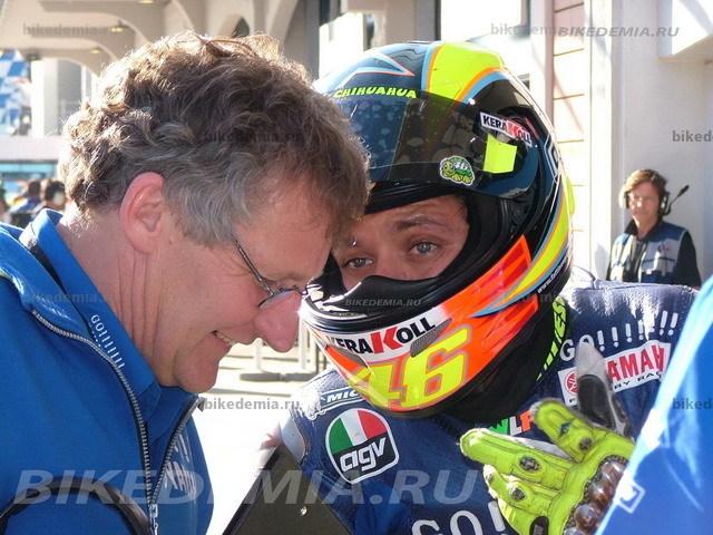 Валентино Росси делится впечатлениями от своего мотоцикла с Джереми Берджесом.