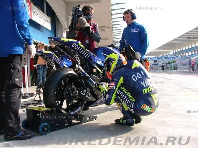 Валентино Росси разговаривает с мотоциклом, как с живым.