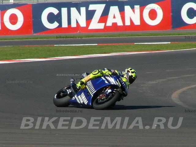 Валентино Росси ведет свою Yamaha M1 в подиуму в Турции.