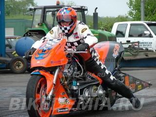 Мотоцикл класса Top Fuel с двигателем V-twin.