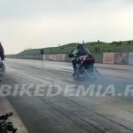 Старт мотоцикла класса Top Fuel на трассе Santa Pod.
