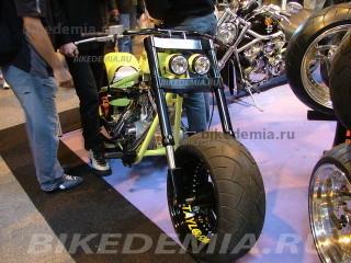 Кастом-байк с V-твином и широким передним колесом