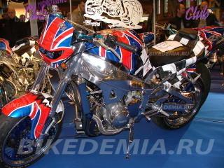 Стритфайтер на базе Yamaha YZF-R1в цветах британского флага