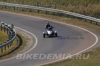 Can-Am Spyder в поворотах нагружает пилота