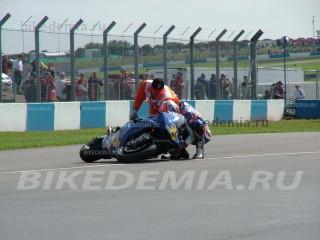 Падение гонщика команды WCM MotoGP в Донингтон-парке