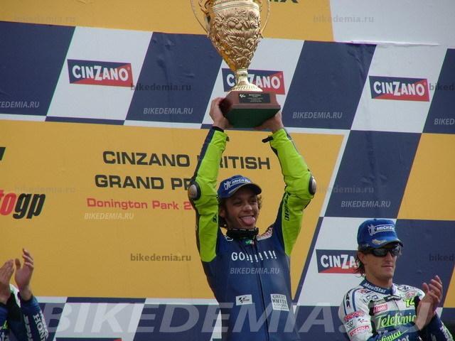 Валентино Росси с кубком победителя