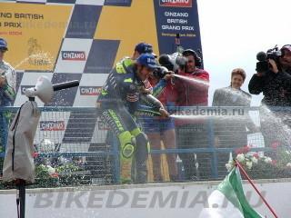 Валентино Росси поливает толпу фанатов шампанским