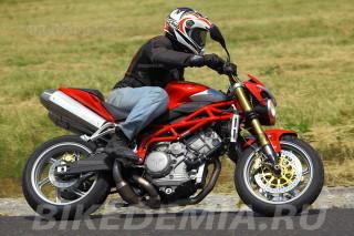 Moto Morini Corsaro 1200 в поворотах стабилен