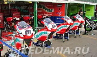 Бокс команды Airwaves Ducati