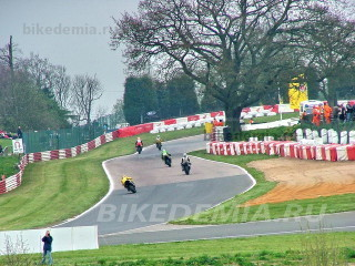 Mallory park: подъем к виражу Shaw's Hairpin