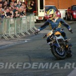 Sonnie Ferguson управляет мотоциклом без помощи рук