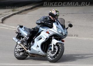 """Yamaha Fazer FZS600 """"стреляет"""" из поворотов"""