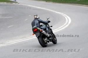 Kawasaki ZRX1200R очень стабилен в поворотах