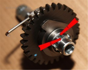 Совмещаем метки на валу и шестерне механизма кикстартера Suzuki DRZ-400
