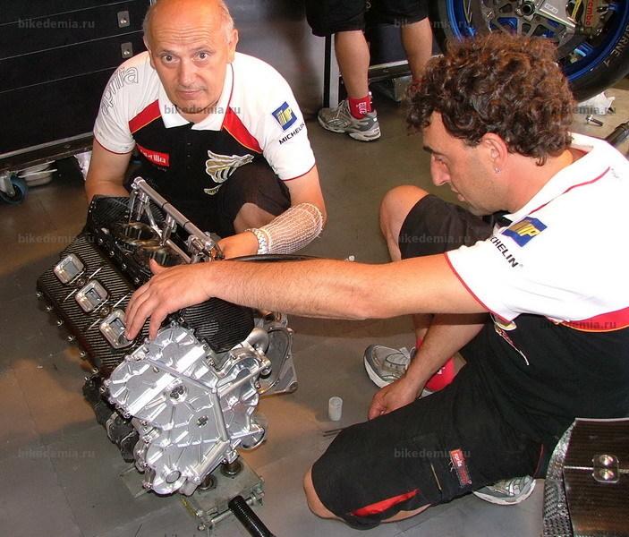 Механики Aprilia с двигателем мотоцикла RS3 Cube