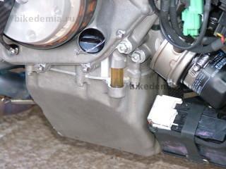 Окошко контроля уровня масла двигателя RC211V