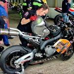 BSB: механик снимает бензобак с Honda Fireblade