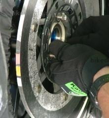 Полоски краски-термометра на карбоновом тормозном диске мотоцикла Kawasaki ZX-RR