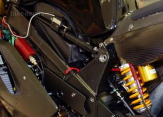 Демпфер колебаний рамы гоночного мотоцикла