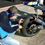 Измерение температуры задней покрышки мотоцикла Валентино Росси