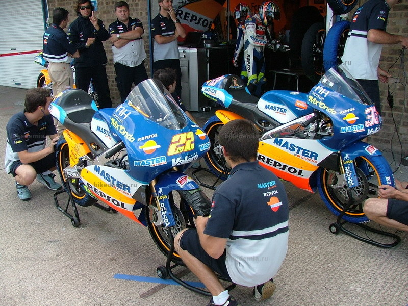 MotoGP: Мотоциклы команды Master - Repsol 125 на пит-лейне