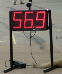 Радар фиксирует скорость на пит-лейне