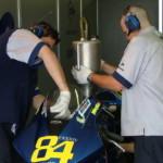 Механики команды WCM MotoGP заправляют мотоцикл