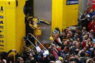 MotoGP: Валентино Росси прячется от фанатов в грузовике