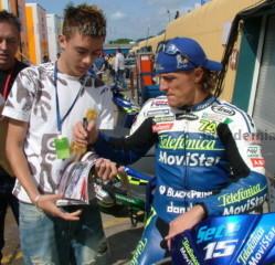 MotoGP: Сете Жибернау дает автограф