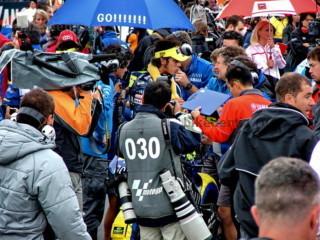 MotoGP: на стартовой позиции гонщиков осаждают фотографы и телевизионщики